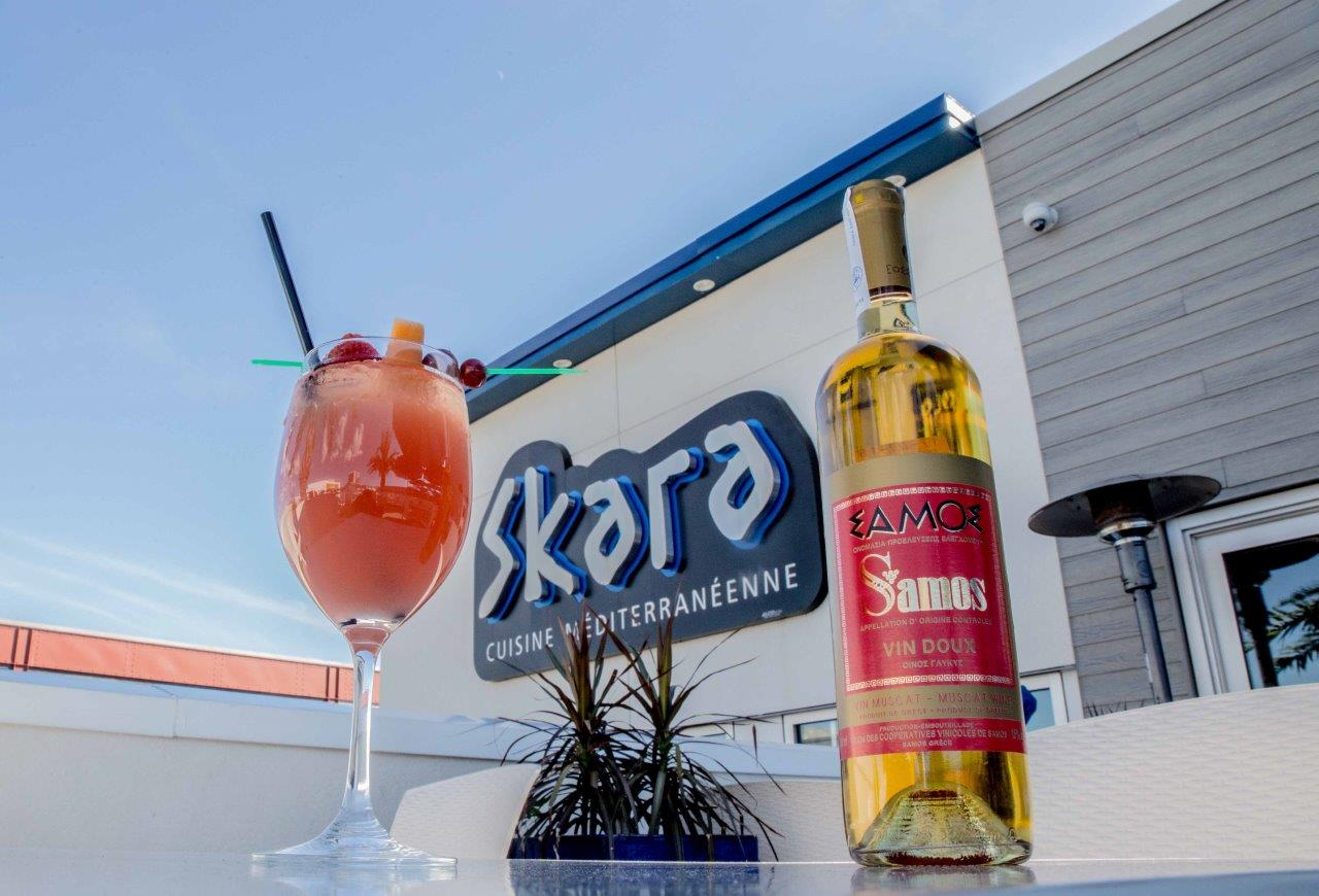 A bottle of samos wine with a samos cocktail at Skara cuisine mediterraneenne